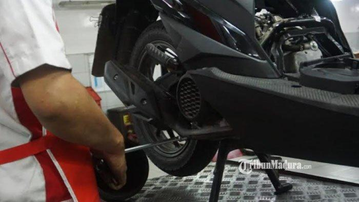 Penyebab Knalpot Motor Keluarkan Asap Putih, Waspada Potensi Oli Masuk ke Ruang Bakar Kendaraan