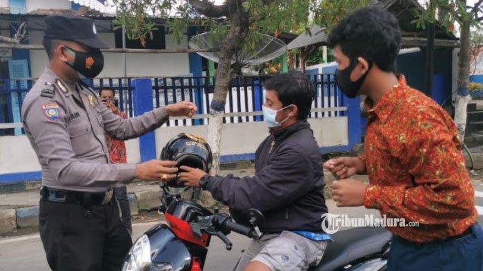 Berjiwa Sosial Tinggi, Polisi di Sampang ini Sisihkan Gaji untuk Aksi Sosial Pembagian Masker Gratis