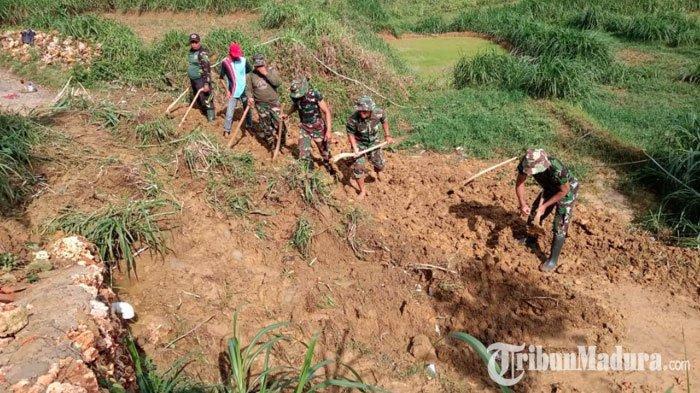 Waru Pamekasan Dilanda Banjir dan Longsor,TNI-Polri hingga Masyarakat Gotong Royong Bersihkan Jalan