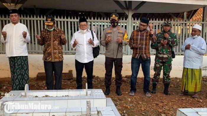 Menteri Mahfud MD Berziarah ke Guru Ngaji Masa Kecilnya Dulu, Sempat Nostalgia di Pondok Pesantren