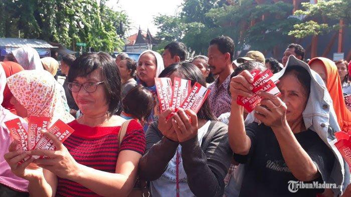 Warga Tambaksari Surabaya PadatiTaman Mundu,Pembagian Sembako Murah oleh Relawan Jokowi 1