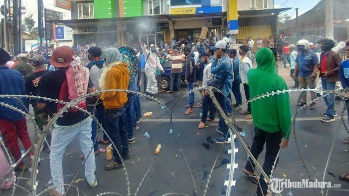Massa Demo diDPRD Jember Disemprot Disinfektan, Disterilkandari Indikasi Paparan Virus Corona