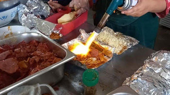 Mie Bakar Celaket, Kuliner Gabungan Mi Jawa dengan Bumbu Western, Ada Banyak Topping Pilihan
