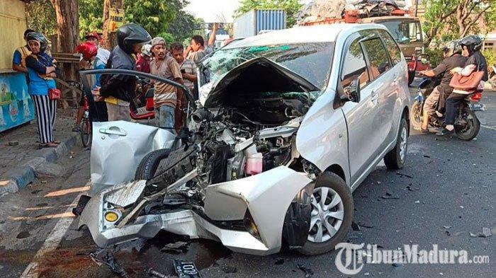 Lewati Tikungan Embong Miring,Toyota Avanza Rusak Berat setelah Hantam Truk Fuso Bermuatan Makaroni