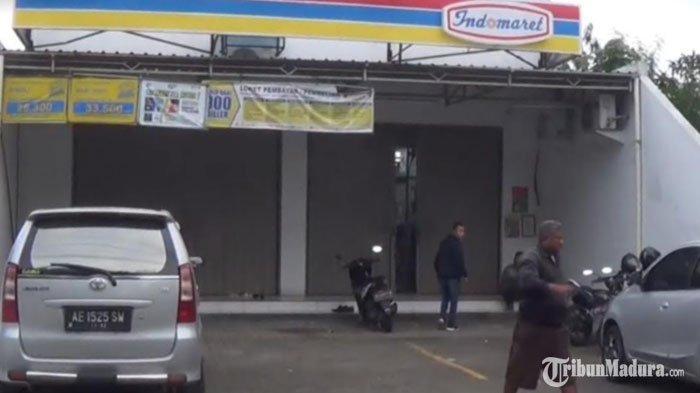 Jebol Genteng dan Eternit, Maling Panik Dengar Alarm Minimarket Bunyi, Terekam CCTV Bawa Kabur Rokok