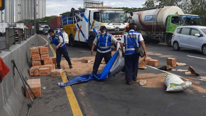 Kelebihan Beban Muatan, Truk Terguling di Jalan Tol Waru - Perak, Muatannya Tumpah-ruah ke Jalan