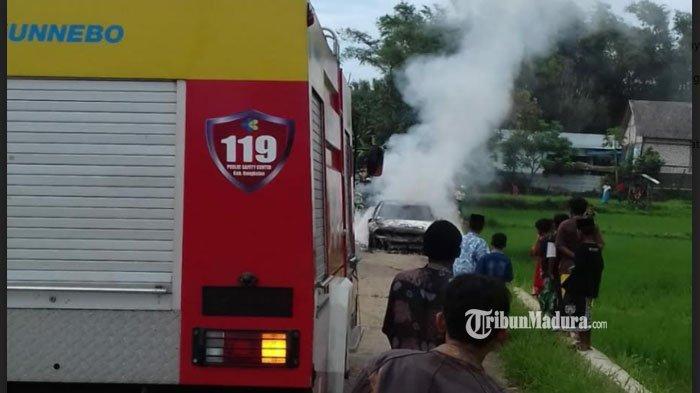Mobil Mitsubishi Galant ludes terbakar di area persawahan di perbatasan antara Desa Kandeben dan Desa Rongdurin, Kecamatan Tanah Merah, Kabupaten Bangkalan, Jumat (2/4/2021).