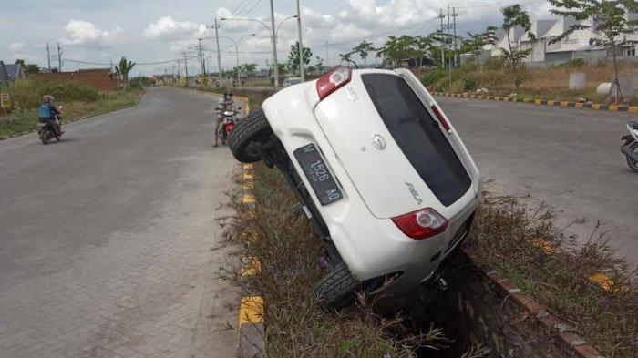 Kecelakaan Tunggal Mobil Daihatsu Ayla Terperosok di Parit, Ternyata Pengemudi Ingin Injak Rem