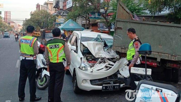 Sopir Diduga Ngantuk, Daihatsu Xenia Tabrak Truk Satpol PP Sidoarjo yang Diparkir hingga Ringsek