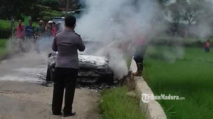 Mobil Sedan Tak Bertuan Terbakar di Area Persawahan Tanah Merah Bangkalan, Ini Kronologinya