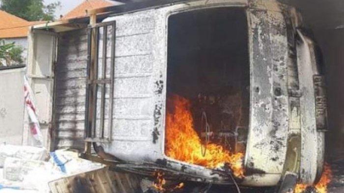 Terguling di Jalan Tol Surabaya-Mojokerto ( Tol Sumo ), Mobil Pikap Putih Langsung Ludes Terbakar
