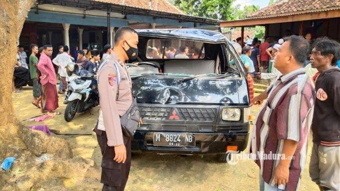 Angkut 17 Penumpang, Mobil Pikap Terguling di Jalan Raya Palesanggar Pamekasan, 2 Orang Patah Tulang