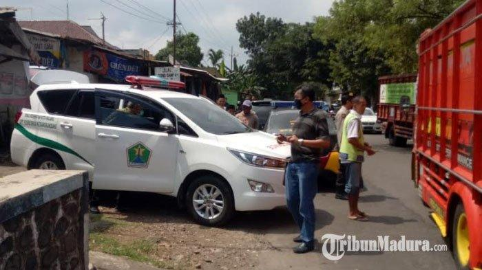Sedang Jalan Kaki, Tiba-tiba Pria 66 Tahun Kejang-kejang dan Meninggal, Petugas Evakuasi Gunakan APD