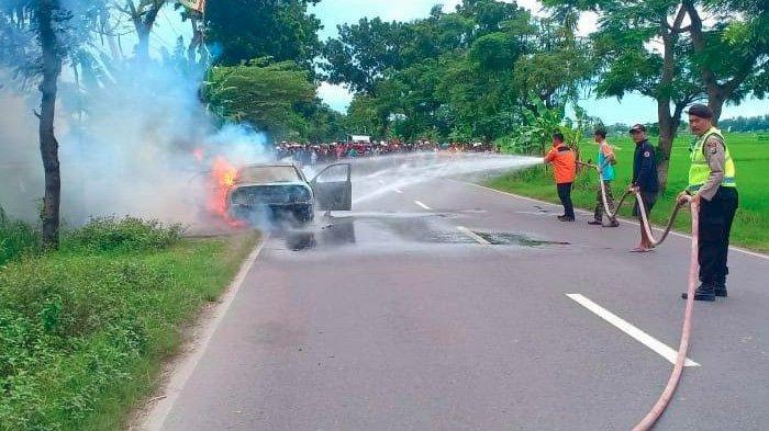 Berpenumpang Enam Orang, Suzuki Baleno Tiba-tiba Hangus Terbakar di Jalan Raya Tuban-Bojonegoro