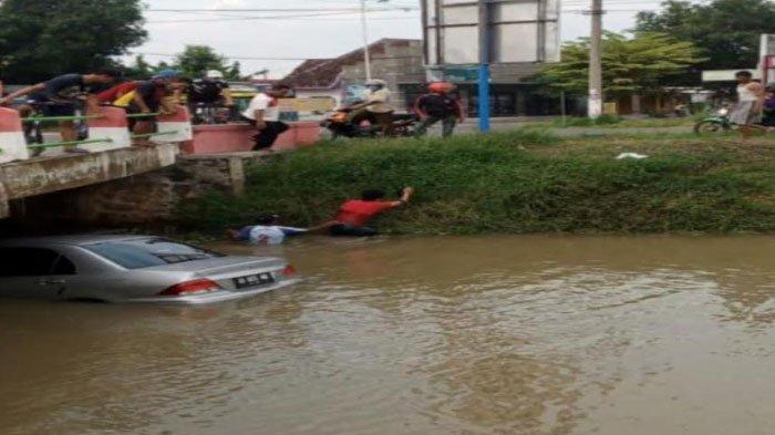 Hindari Kecelakaan,Mobil Sedan di Madiun MalahNyemplung ke Sungai, Begini Keadaan Sang Pengemudi