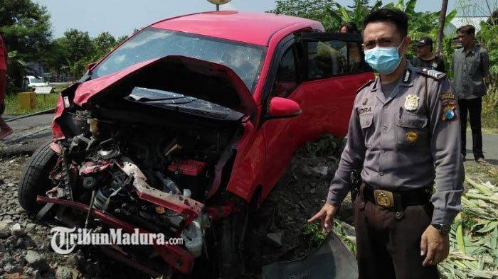 Penumpang Mobil Selamat Saat Kereta Api Menyambar Mobil Daihatsu Sigra di Sidoarjo, Mobil Hancur