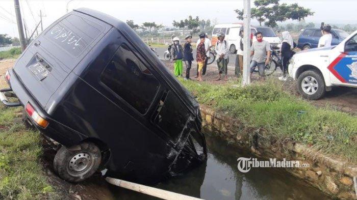 Melaju dengan Kecepatan Tinggi, Mobil Carry Terjun ke Saluran Irigasi di Jalan Sumenep-Pamekasan