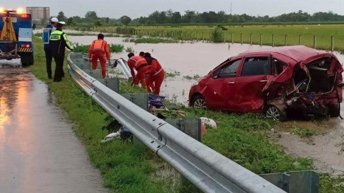 Jalan Tol Caruban-Madiun Basah saat Banjir Madiun, Ertiga Laka Maut Masuk Parit, 1 Tewas 1 Terluka