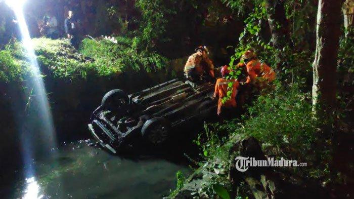 BREAKING NEWS - Mobil Terperosok ke Sungai di Jalan Jemursari Surabaya, Begini Keadaan Pengemudi