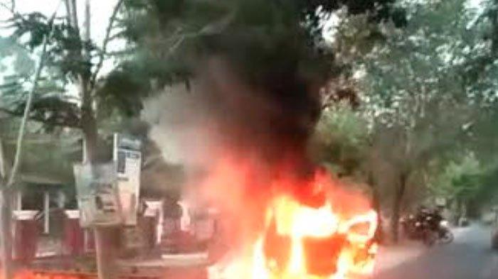 Air Radiator Habis Picu Korsleting Listrik, Mobil Toyota Avanza Terbakar dan Sambar Drum Berisi BBM