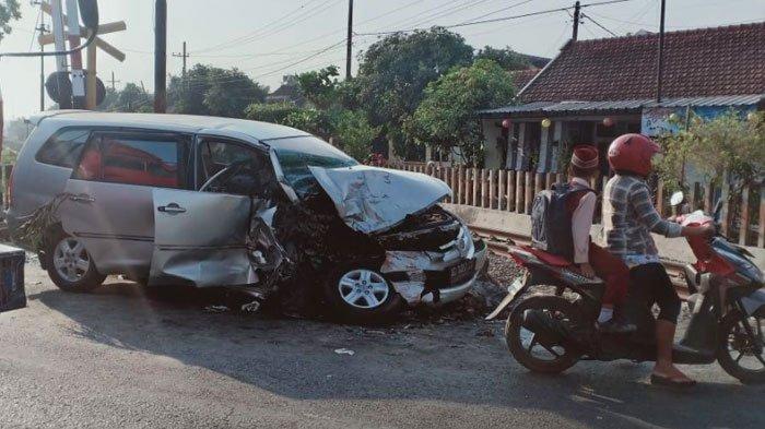 Mau Antar Pasien ke Rumah Sakit, Bidan Terlibat Kecelakaan Truk dan Toyota Innova di Perlintasan KA