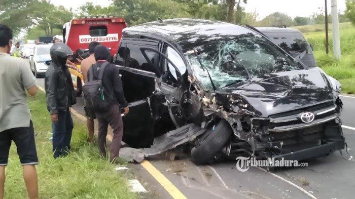 Mobil Toyota Kijang Innova telribat kecelakaan di akses jalan Jembatan Suramadu, Desa Masaran, Kecamatan Tragah, Kabupaten Bangkalan, Selasa (23/2/2021)