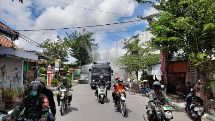 Water Cannon dan Mobil PMK Dikerahkan untuk Lakukan Penyemprotan Disinfektan Massal di Pamekasan