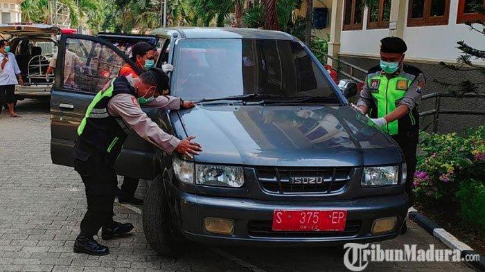 BREAKING NEWS: MayatPerempuan Ditemukan Terkunci di Mobil Plat Merah di Kantor Dinas Sosial Tuban