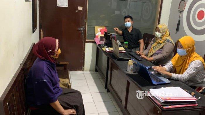 Muncikari S (51) saat diintrogasi penyidik Satreskrim Polres Pamekasan, Rabu (24/3/2021).