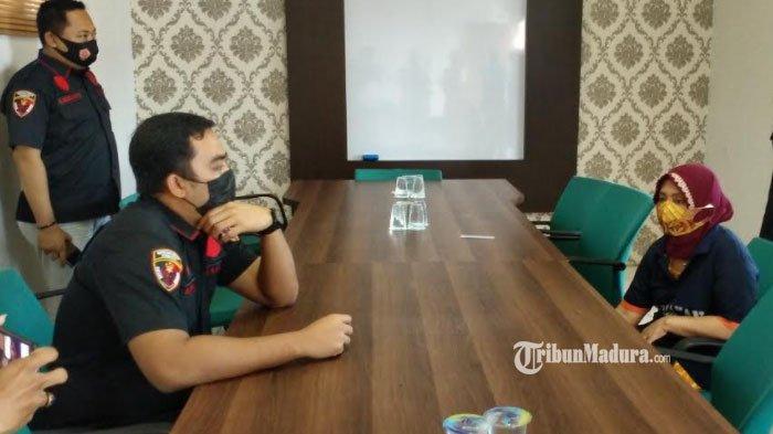 Muncikari S saat diinterogasi oleh Kasatreskrim Polres Pamekasan, AKP Adhi Putranto Utomo di ruang pengaduan Polres Pamekasan, Madura, Rabu (24/3/2021).