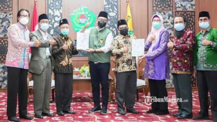 Bupati Pamekasan, Baddrut Tamam (kempat dari kiri) saat menerima naskah akademik dari perwakilan Rektor Madura di aula Peringgitan Dalam Pendopo Mandhapa Aghung Pamekasan, Rabu (17/2/2021).