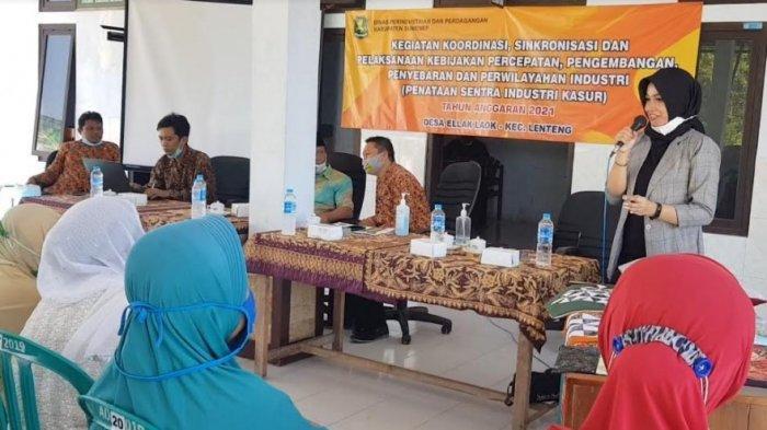 Novita Rahayu Purwaningsih saat memberikan pelatihan bagi warga atau IKM di Desa Ellak Laok, Kecamatan Lenteng, Kabupaten Sumenep, Madura, Selasa (8/6/2021).