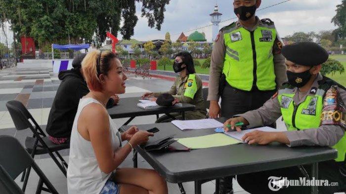 Lepas Masker Karena Merokok saat Berkendara, Wanita diKota Blitar ini Dikenai Sanksi Tipiring