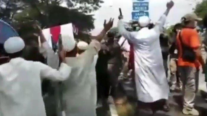 VIRAL Rombongan Pria Berbaju Serba Putih Menaiki Minibus di Pos Penyekatan Jembatan Suramadu