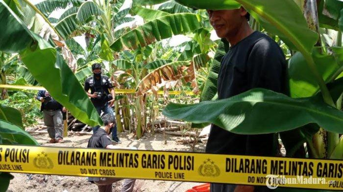 olah TKP pembacokan di pekarangan belakang rumah tersangka, Desa Rancangkencono, Kabupaten Lamongan, Rabu (30/9/2020)