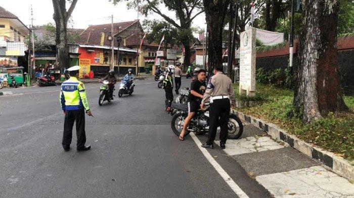 Operasi penindakan pengendara motor memakai knalpot brong di Jalan Bandung, Sabtu (28/8/2021)