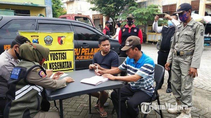 Personel gabungan Polres Bangkalan, Kodim 0829, dan Satpol PP menyisir pelanggar protokol kesehatan dalam Operasi Yustisi di Pasar KLD Bangkalan, Jalan Halim Perdana Kusuma, Rabu (27/1/2021).