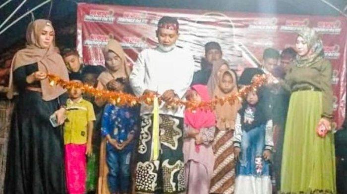 Owner Batik Ka_De Pamekasan, Abdus Somad saat memberikan santunan terhadap puluhan anak yatim di Dusun Centren, Desa Pantonggal, Kecamatan Proppo, Kabupaten Pamekasan, Kamis (31/12/2020).