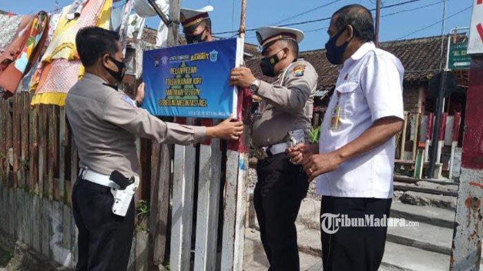 Antisipasi Kecelakaan, Papan imbauan Dipasang di Perlintasan KA Tanpa Palang Pintu di Kota Malang