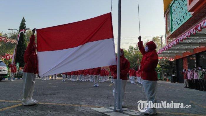 Dokter dan Pegawai RSI Siti Hajar Sidoarjo Kenakan Baju Hazmat saat Upacara HUT Kemerdekaan RI ke 75
