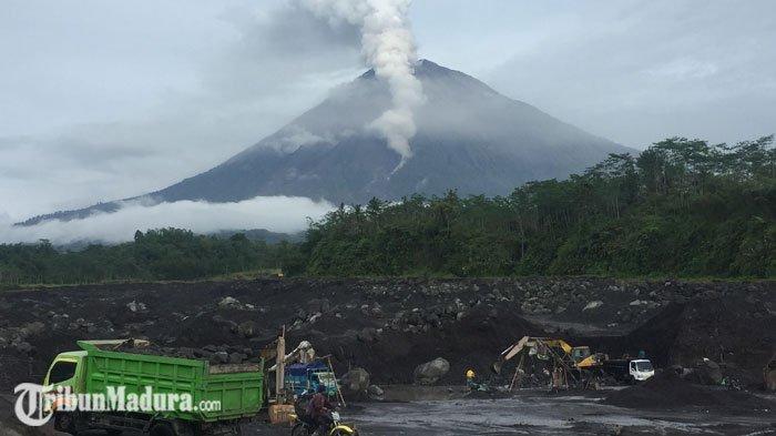 Aktifitas Gunung Semeru Kembali Meningkat, ada Lava Pijar, Penambang Pasir Tetap Beraktifitas