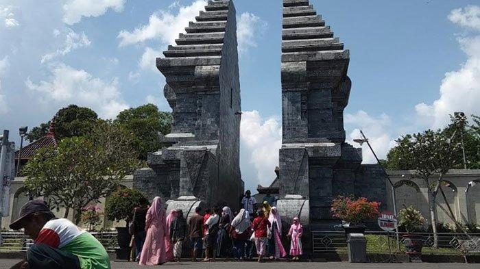 Para pengunjung hendak masuk ke Makam Bung Karno di Kota Blitar, Minggu (15/3/2020).