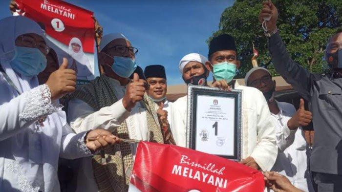 Pasangan Achmad Fauzi - Dewi Khalifah didampingi mantan Bupati Sumenep, KH Ramdlan Sirajd tunjukkan nomer urut 1, Kamis (24/9/2020).