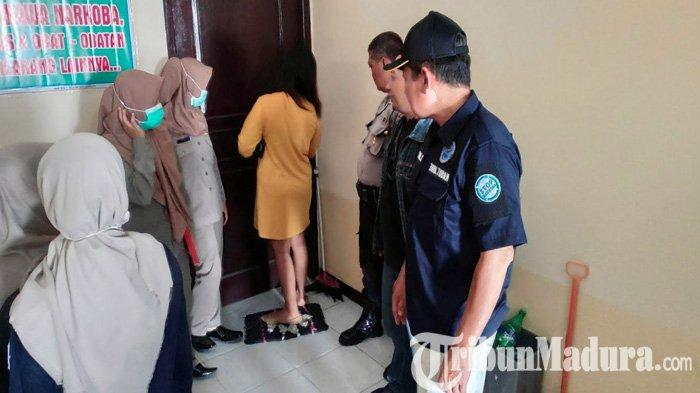 BREAKING NEWS - Razia Tempat Kos di Tuban, Petugas Gabungan Ciduk Enam Pasangan Bukan Suami Istri