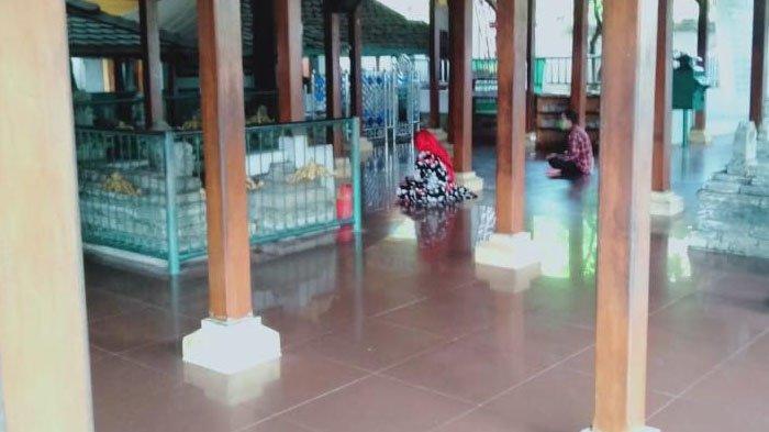 Patroli Polsek Kebomas Ingatkan Protokol Kesehatan ke Peziarah Wisata Religi Makam Sunan Giri Gresik