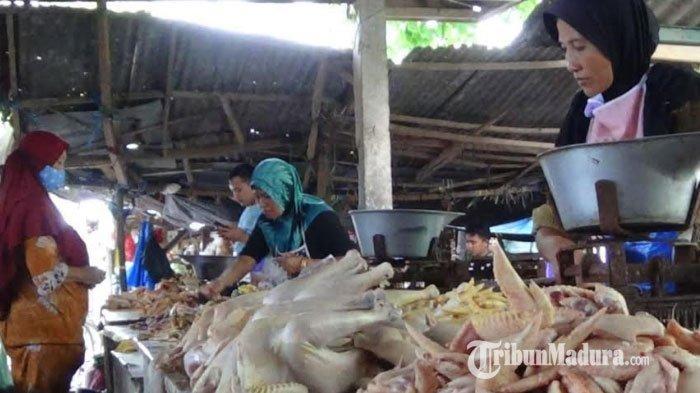 Pedagang ayam yang sedang melayani pembeli di Pasar Anom Baru, Kabupaten Sumenep, Madura, Jawa Timur, Senin (12/4/2021).