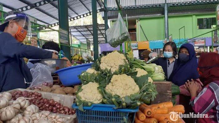 Pedagang Pasar Oro Oro Dowo Kota Malang Sudah Pakai Masker dan Face Shield saat Layani Pembeli