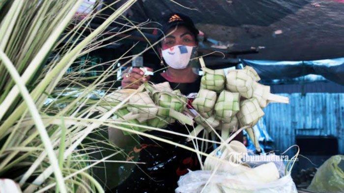 Pedagang ketupat di Kota Surabaya, Selasa (11/5/2021).