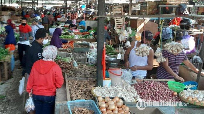 PSBB Hari Pertama Malang Raya, Banyak Pedagang dan Pembeli di Pasar Madyopuro Tak Pakai Masker