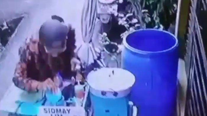 VIRAL Bumbu Kacang Diludahi oleh Pedagang Siomay Keliling, Aksi Mencurigakan Terekam CCTV